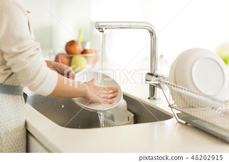 家庭主婦洗碗 48202915
