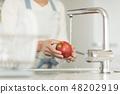 주부 사과 씻어 48202919