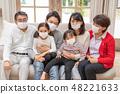 세 가족이 삼나무 꽃가루 알레르기로 마스크 착용 재채기 콧물 바이러스 감기 예방 48221633