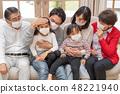 三代護理高燒兒童家庭佩戴和防止口罩,以防止流感的傳播 48221940