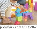 เด็กผู้ชายกำลังเล่นกับกลุ่มอาคาร 48235967