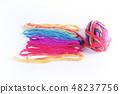 수평으로 옆에 배치 늘린 화려한 색깔있는 원사와 털실 뭉치 48237756