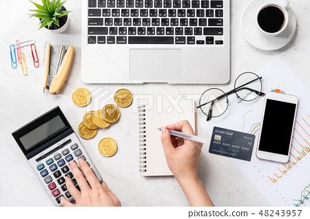女性 手 信用卡 手機 記帳 消費 稅 支払う card phone payment mockup 48243957