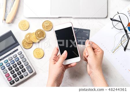 女性 手 信用卡 手機 記帳 消費 稅 支払う card phone payment mockup 48244361