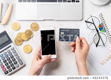 女性 手 信用卡 手機 記帳 消費 稅 支払う card phone payment mockup 48244376