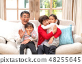 一位祖父母似乎很樂意抱著孫子回家看她的祖父從她搬遷到祖父奶奶的地方 48255645