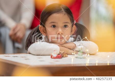 幼兒園誰是聖誕老人的聖誕禮物5歲的高級可愛女孩和Illuminations 48257135