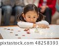 從等待聖誕節禮物的幼兒園孩子的俏麗的女孩從聖誕老人 48258393