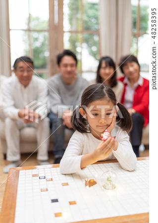 從等待聖誕節禮物的幼兒園孩子的俏麗的女孩從聖誕老人 48258395