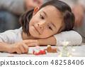 從等待聖誕節禮物的幼兒園孩子的俏麗的女孩從聖誕老人 48258406