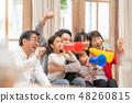 一個快樂的三代家庭觀看奧運會並支持所有六個家庭成員 48260815