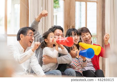 올림픽을 텔레비전 관전 여섯 명의 가족이 응원하는 행복한 세 가족 48260815