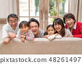 朋友們在客廳的沙發上玩耍時微笑著哭泣三代家庭可愛 48261497