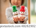 顯示我聖誕節的一個雪人的一個逗人喜愛的幼兒園女孩用Yakult做了 48262902