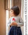 一個漂亮女孩的孩子將在幼兒園聖誕晚會上炫耀她手工製作的雪人 48263033