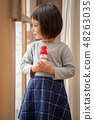 ลูกของหญิงสาวสวยที่จะอวดตุ๊กตาหิมะที่ทำด้วยมือของเธอในงานปาร์ตี้คริสต์มาสในโรงเรียนอนุบาล 48263035