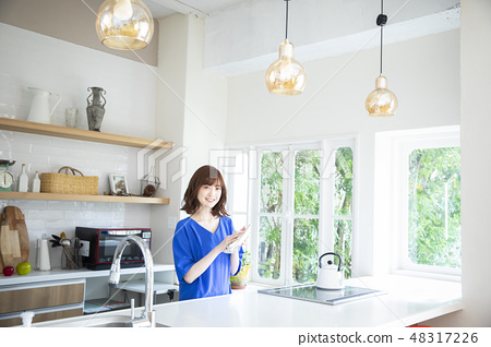 一個女人在廚房裡 48317226