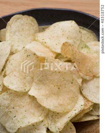 Potato chips 48318752