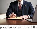 법률 패드에 메모를하는 남성 변호사 48356108