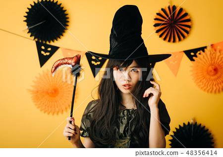 할로윈 마녀의 코스프레를하는 젊은 여자 일본인 여성 48356414