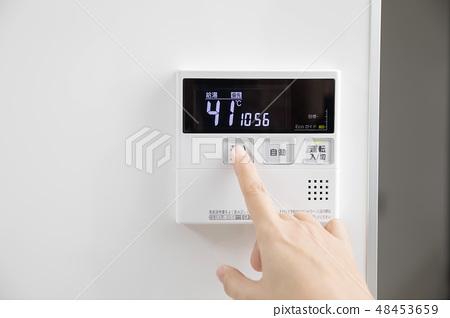 熱水供應遙控器按下發射按鈕女手 48453659