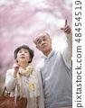 把手指放在樱花盛开的年长夫妇 48454519