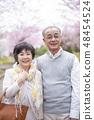 微笑在樱花的资深夫妇 48454524