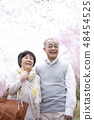 微笑在樱花的资深夫妇 48454525