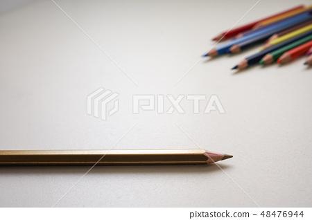 五顏 六色으로 채색 연필, 평 방 주한 흰색 배경. 48476944