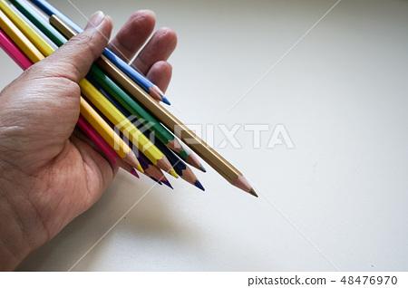 五葉六角著色鉛筆,平的被放棄的白色背景。 48476970