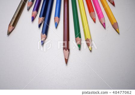 Gokuroku五顏六色的鉛筆,平在白色背景。 48477062