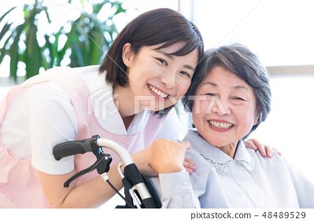 간호 이미지 수석 여성과 간병인 48489529