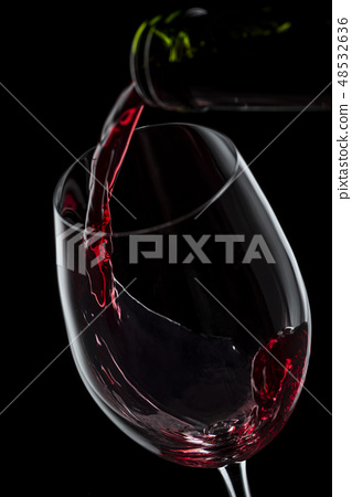 將酒倒入玻璃杯中 48532636
