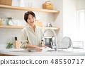 中间女性厨房生活方式图象 48550717
