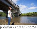 이시가키 섬의 宮良 강을 배경으로 여성 48562756