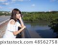이시가키 섬의 宮良 강을 배경으로 여성 48562758