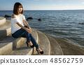 이시가키 섬의 바다를 배경으로 여성 48562759