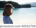 이시가키 섬의 가비라 완을 배경으로 여성 48562766