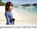 이시가키 섬의 가비라 완의 모래 사장에 서 여성 48562768
