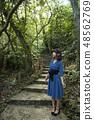이시가키 섬의 정글을 배경으로 여성 48562769