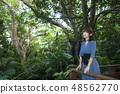 이시가키 섬의 정글을 배경으로 여성 48562770
