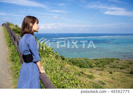 이시가키 섬의 平久保 곶에 서 여성 48562775