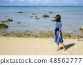 이시가키 섬의 평야 해변의 모래 사장에 서 여성 48562777