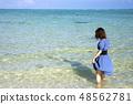 이시가키 섬의 아카시 해변의 바다에 서 여성 48562781