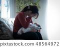 抱著嬰兒的母親撫養神經衰弱產後抑鬱症 48564972