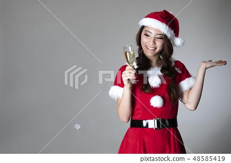 산타 의상을 입은 여성 48585419