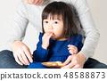 嬰兒坐在膝蓋上 48588873