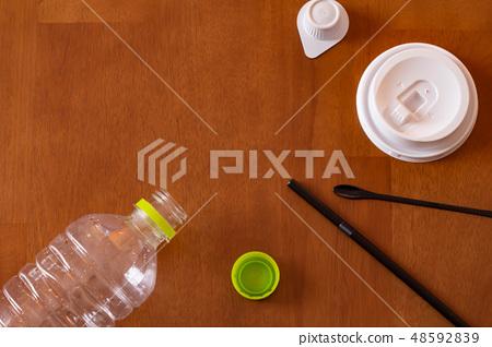 페트병과 빨대 등 플라스틱 소품 48592839
