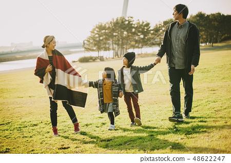父母和孩子公園玩 48622247