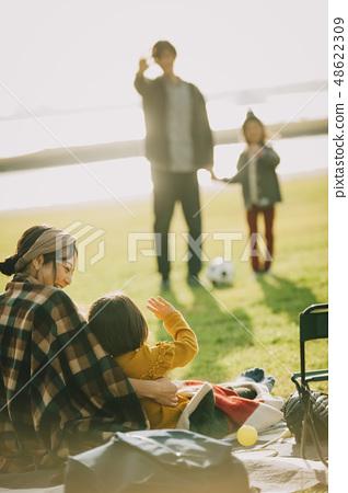 父母和孩子公園玩 48622309